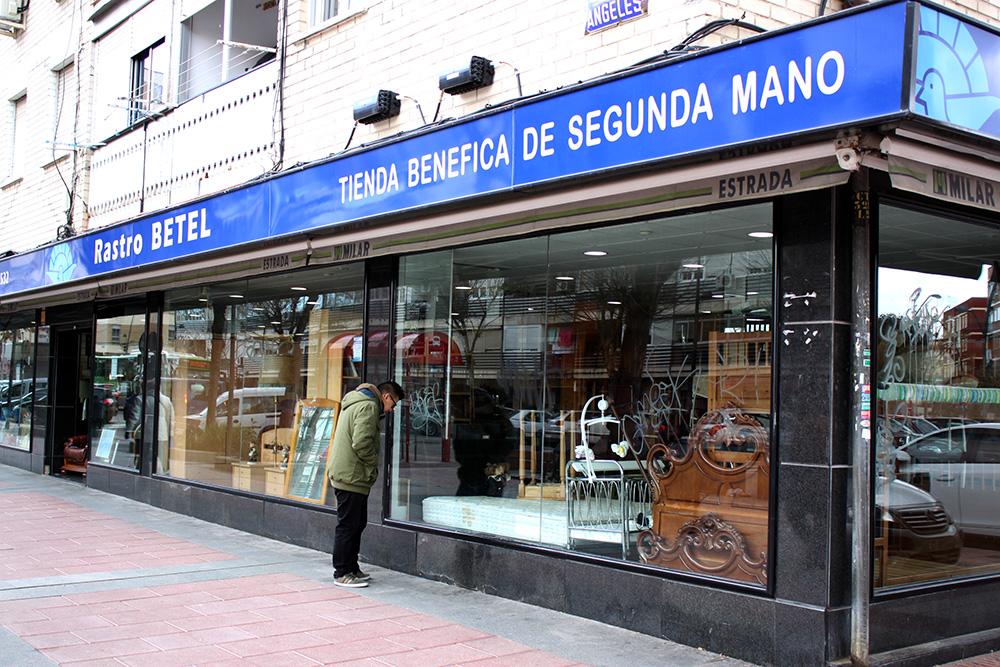 Los Rastros Betel de Madrid, España  Recogida de muebles, enseres y ropa: Ra...
