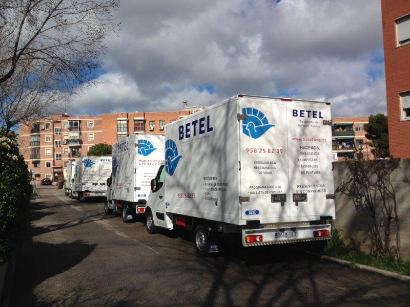 Camiones en la Sede de Betel en Carabanchel Alto.